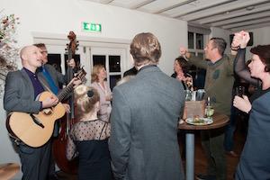 Akoestische muziek aan tafel Moon About foto Studio Danai www.studiodanai.nl
